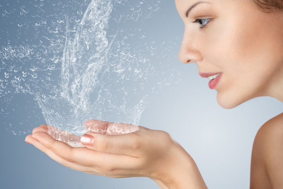 Hydrater sa peau, oui… Mais pourquoi ?